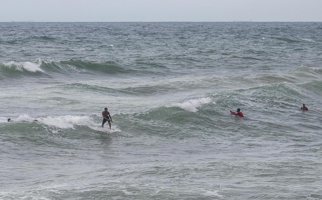 Apesar dos apelos das autoridades e do fechamento das praias, surfistas furam o bloqueio na praia de Ondina.