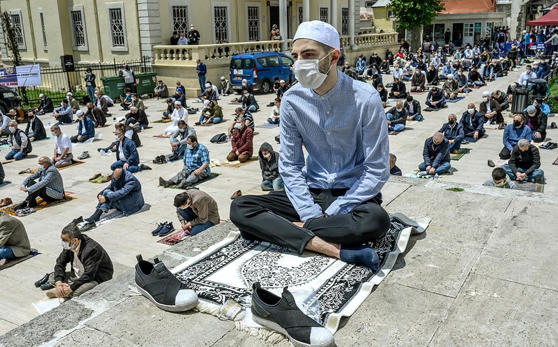 Na Turquia, adoradores realizaram suas primeiras orações comunitárias com uso de máscaras e respeitando as distâncias mínimas para prevenir o contágio do coronavírus.