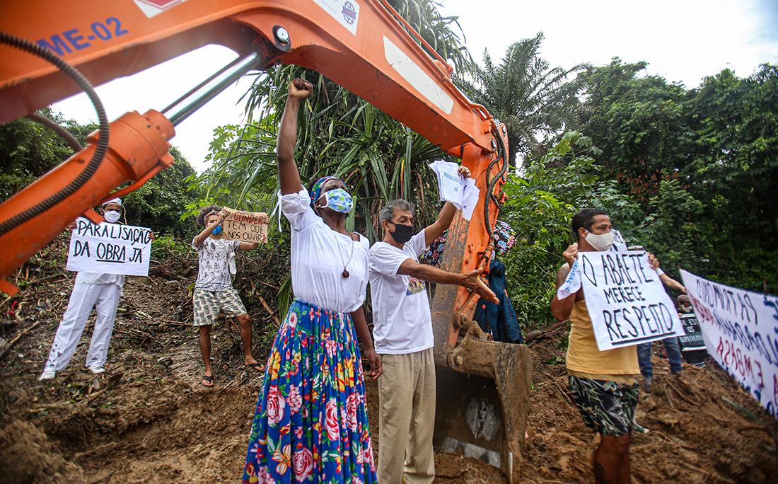 Manifestantes cercaram a retroescavadeira que trabalhava no local.