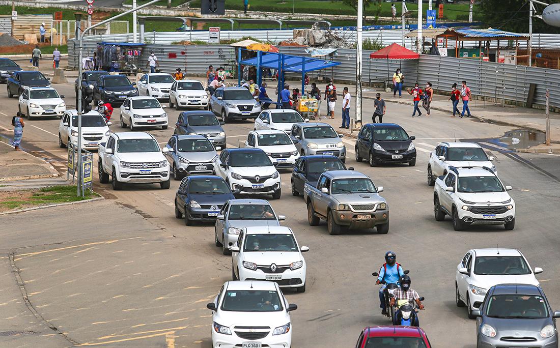 Apesar da diminuição do fluxo de veículo em Salvador durante a pandemia, ainda é possível ver muitos carros na região do Iguatemi.