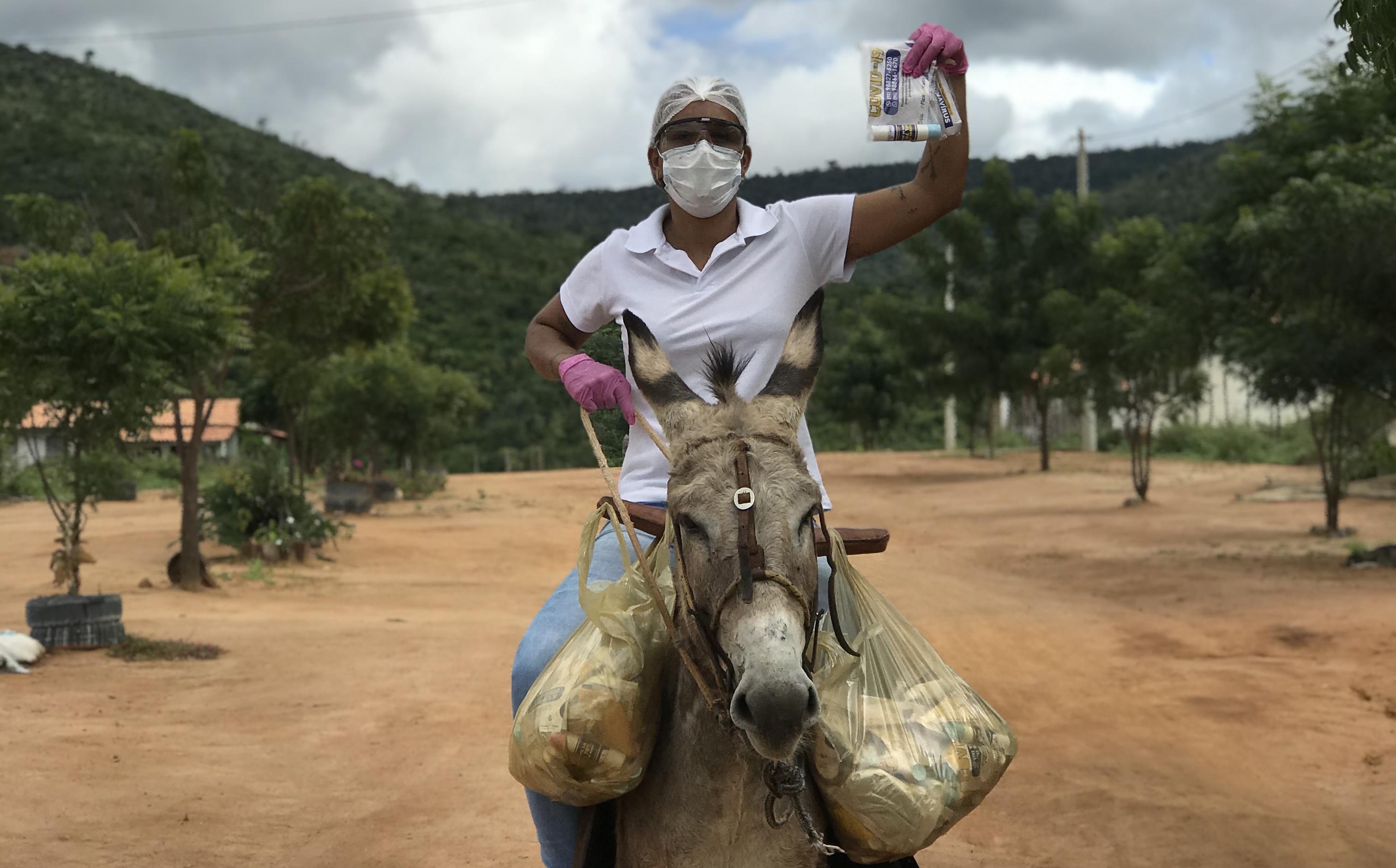 Monaliza Sena diz que utiliza o jegue por achar mais prático