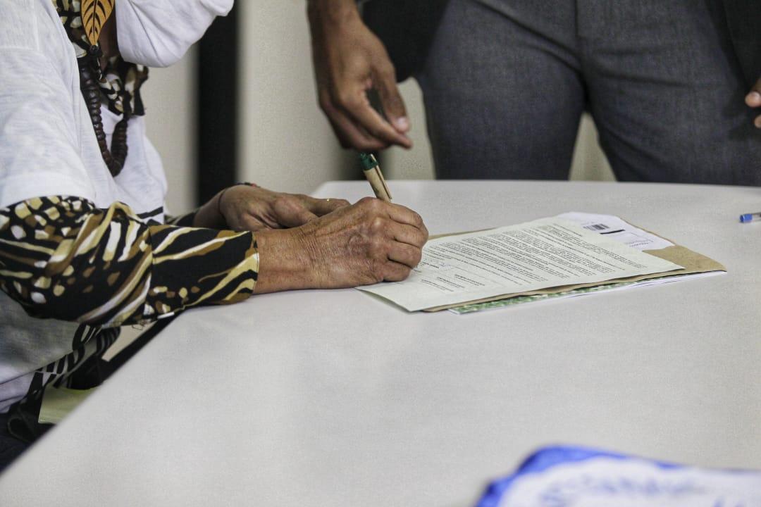 Assinatura do documento pela representante quilombola no Incra