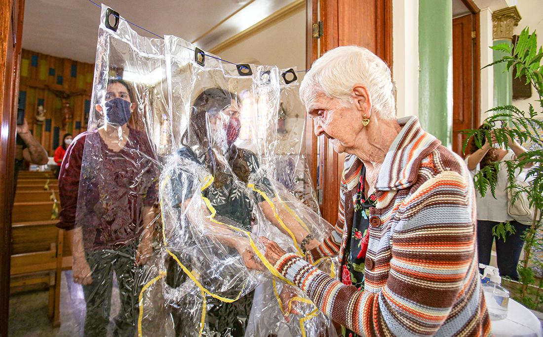 Após meses isolados, os idosos se emocionaram ao ficar tão próximos de entes queridos.