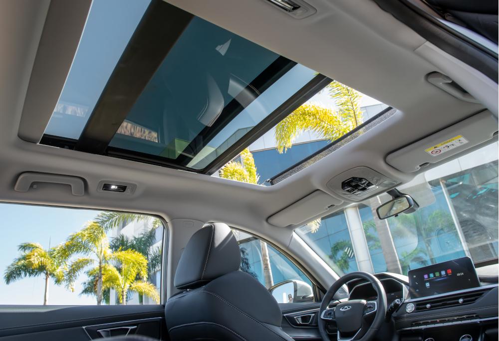 O teto solar panorâmico é equipamento de série