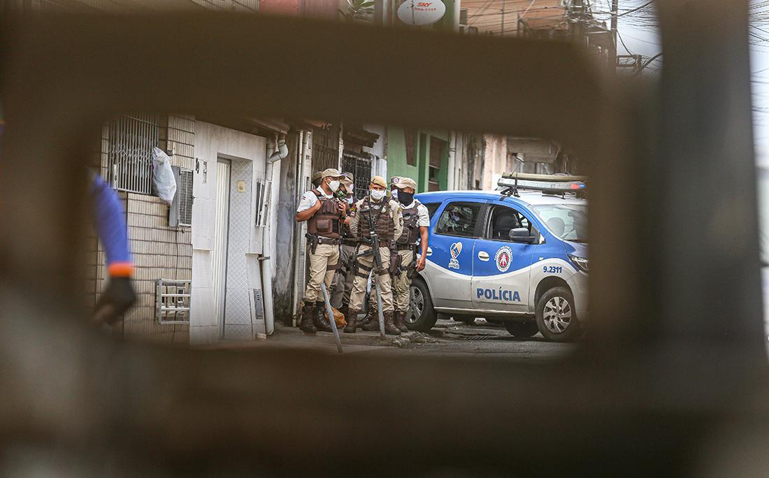 Policiais militares faziam a segurança do local.
