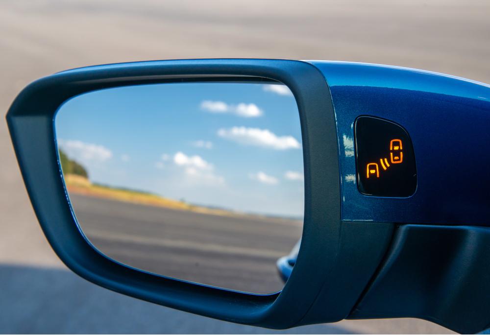 O sensor de ponto cego alerta se houver algo fora do campo de visão do motorista