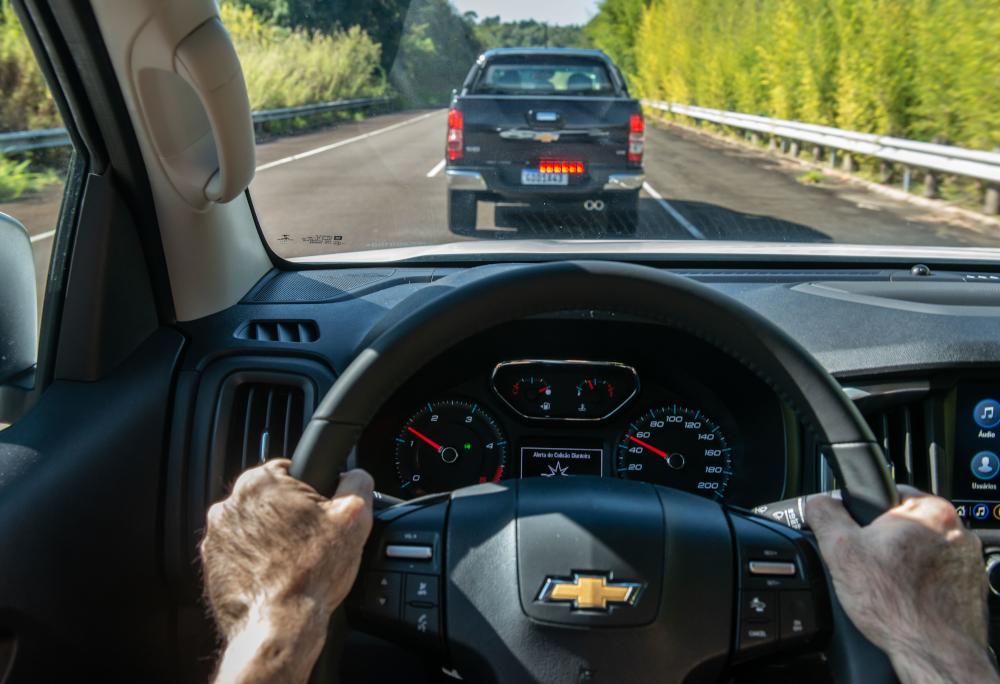 Há um aviso de colisão frontal e o sistema de freios pode atuar automaticamente na iminência de um acidente