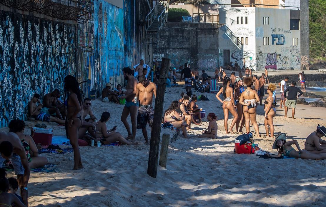 Aglomeração de banhistas na Praia do Buracão, no Rio Vermelho; local está entre os interditados, como Porto da Barra e Paciência