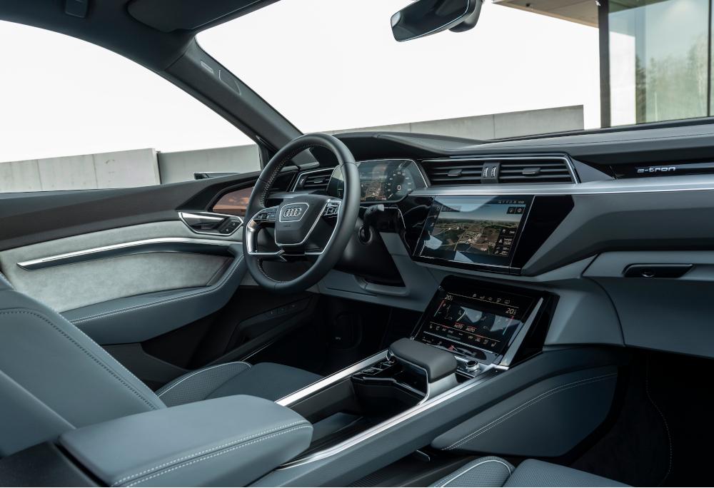 O interior do SUV coupé tem bastante tecnologia e luxo. Há três opções de cor para o acabamento