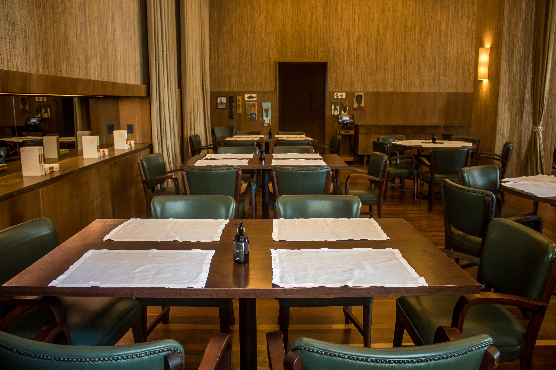 Número de mesas no restaurante foi reduzido à 66% da capacidade