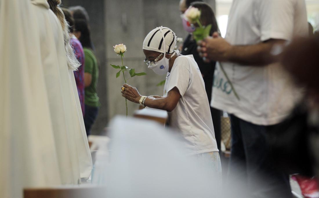 Dentro do Santuário, apenas 228 pessoas puderam acompanhar a celebração: 180 no térreo e outras 48 no primeiro piso.