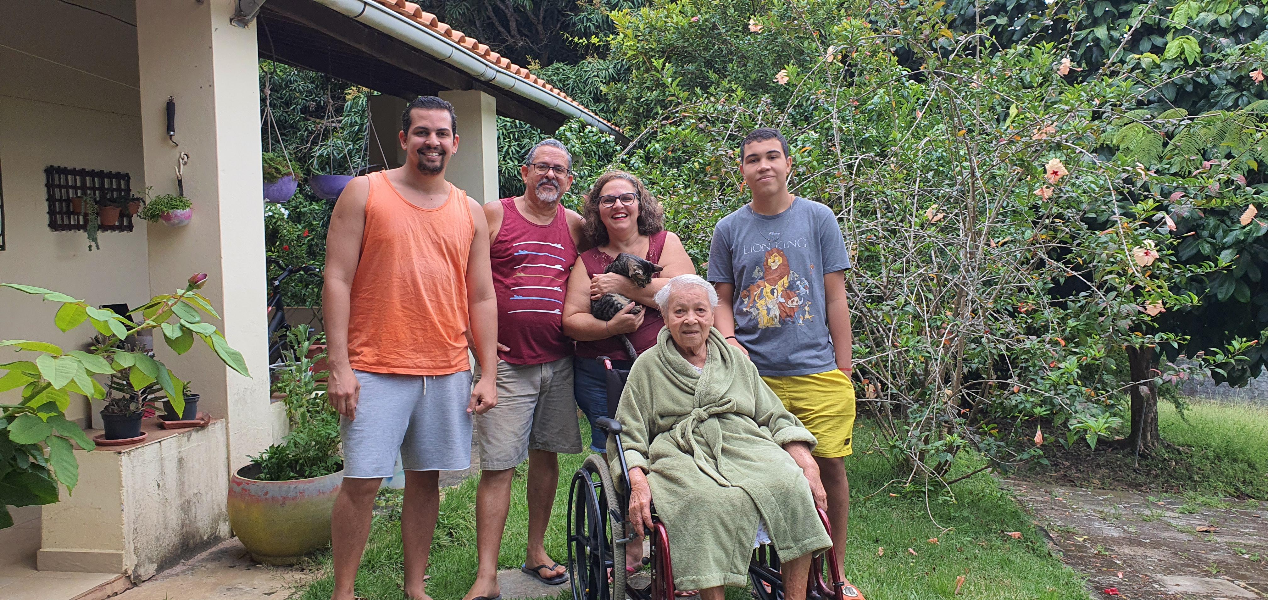 O professor Pedro Magalhães aprendeu a cuidar da avó de 87 anos para dividir as tarefas com a mãe dele