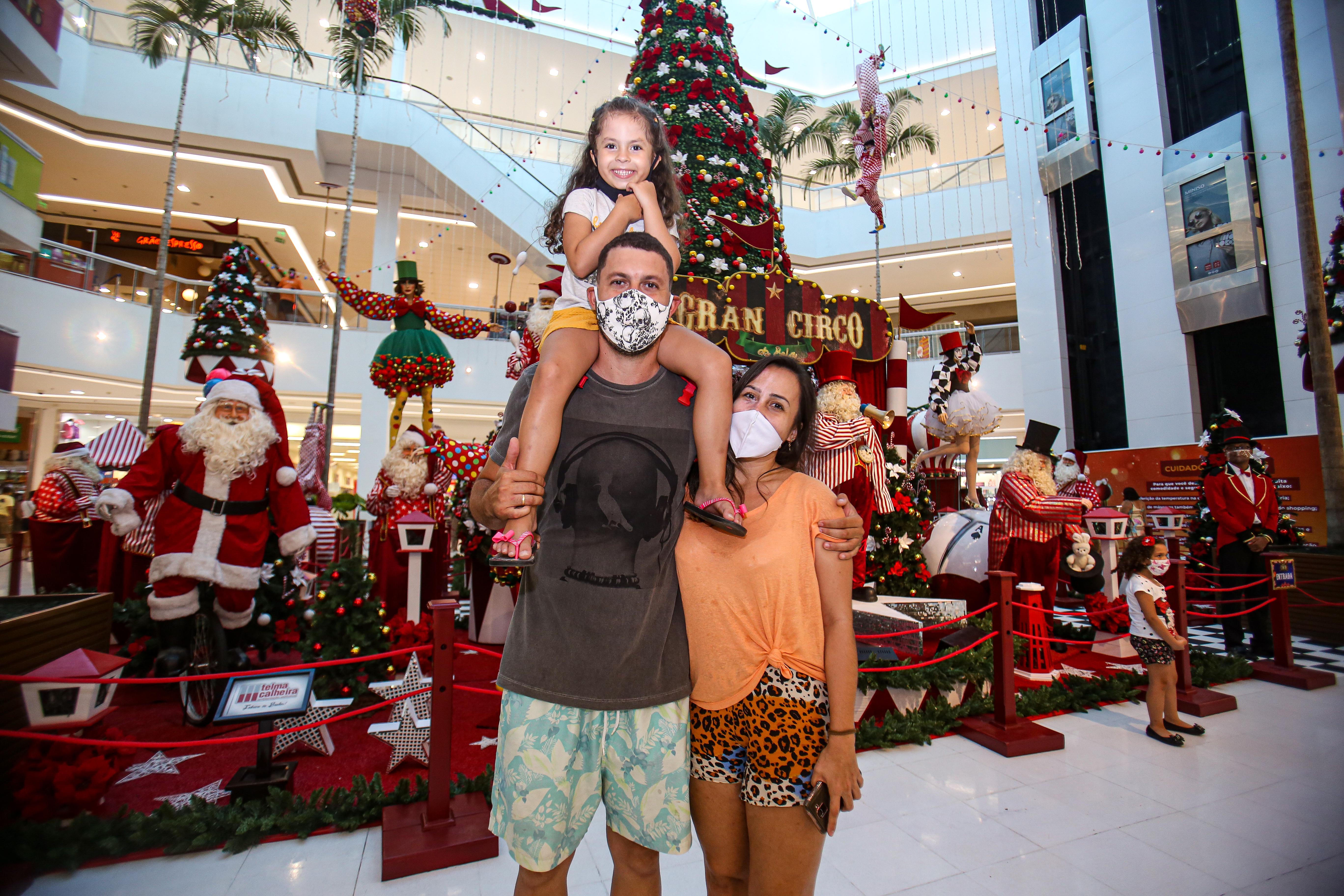 A jovem Sophia, 4 anos, veio conferir a decoração de Natal do shopping