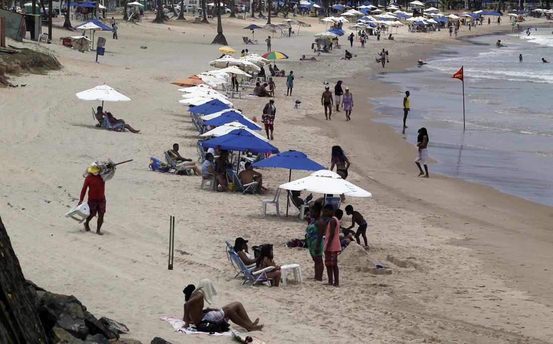 Na praia de Piatã, barracas respeitavam a distância recomendada pelas autoridades.
