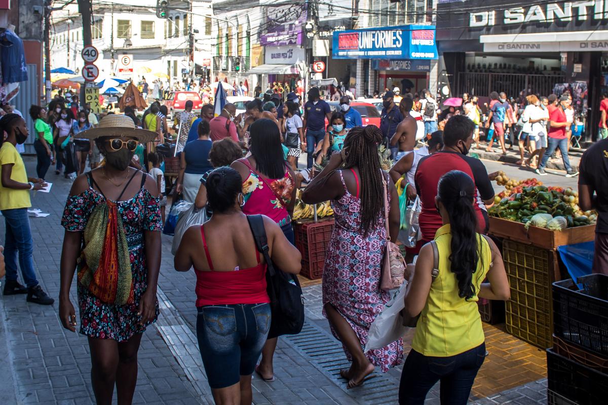 O passeio foi ampliado, os ambulantes ganharam espaços determinados e os carros agora passam distantes da movimentação dos pedestres.