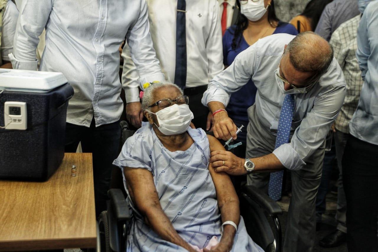 Idosa Lícia Pereira, 83 anos, foi a segunda a receber a vacina