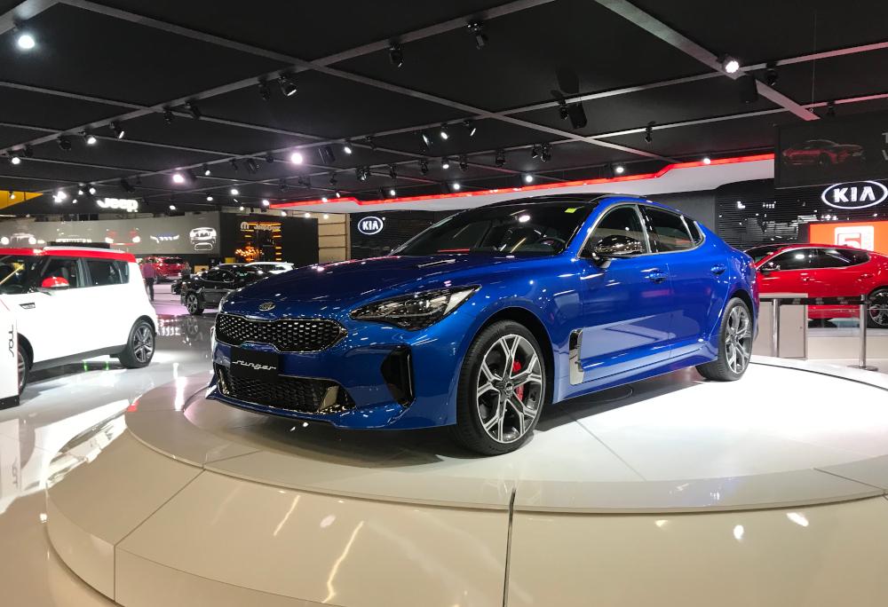 O Kia Stinger GT foi mostrado na cor azul no Salão do Automóvel de São Paulo