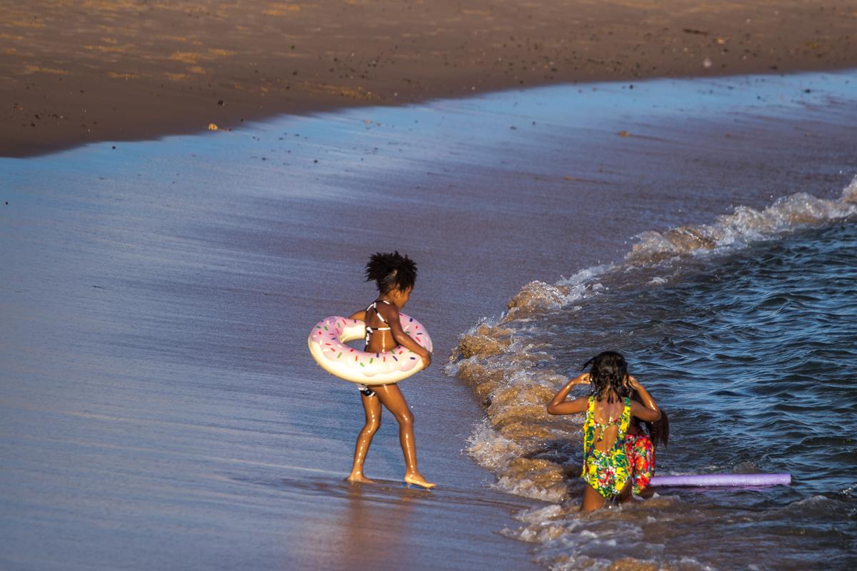 Muita gente foi aproveitar o último dia de praias abertas. (Praia de Ondina)