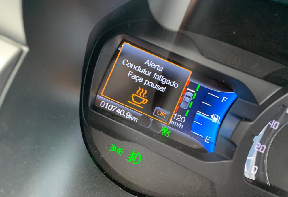 Há um detector de fadiga, que avisa quando o motorista está cansado
