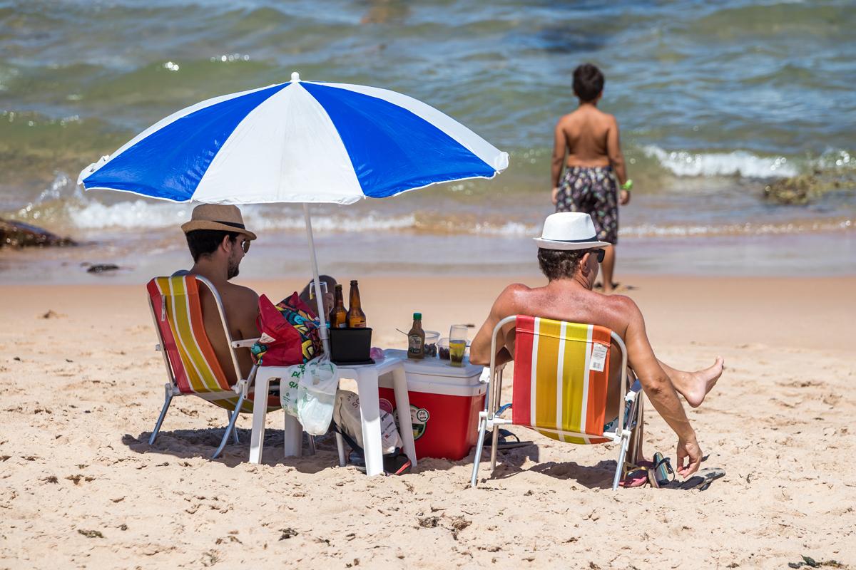 Muitas pessoas apenas tomavam banho de mar ou aproveitavam o sol na areia, o que é proibido.