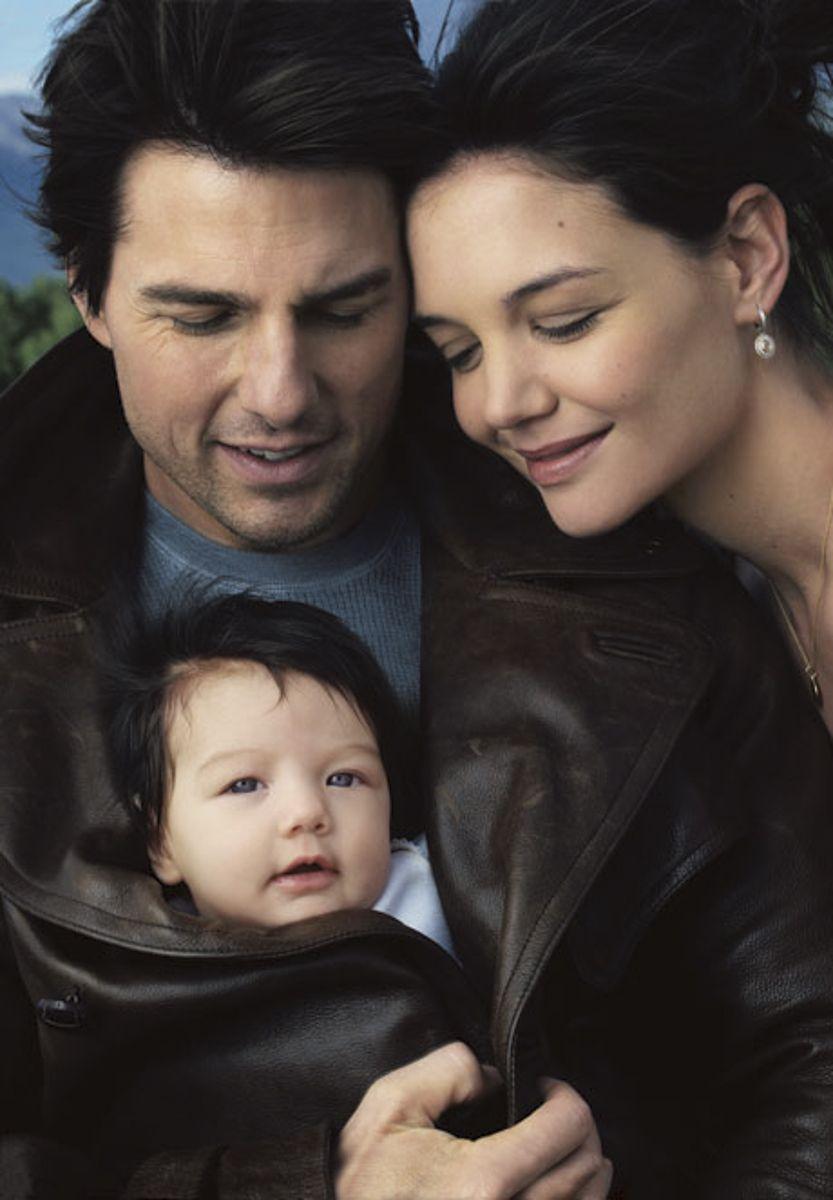 Tom Cruise e Katie Holmes posaram na capa da Vanity Fair com menina ainda bebê
