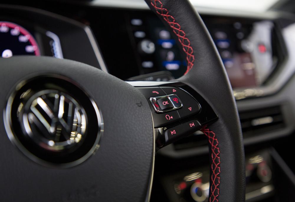 O volante é multifuncional com acabamento em couro