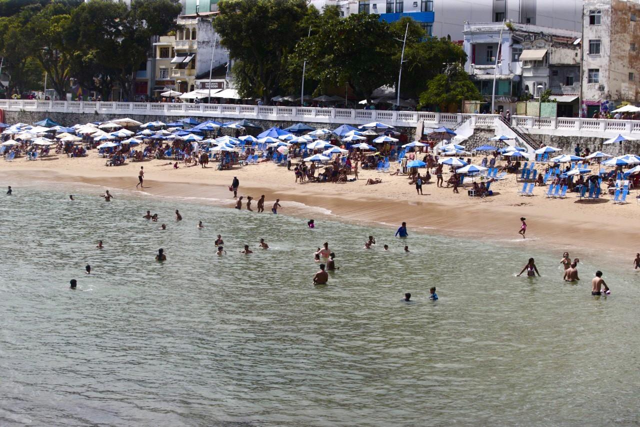 Baianos aproveitam dia de sol para tomar banho de mar