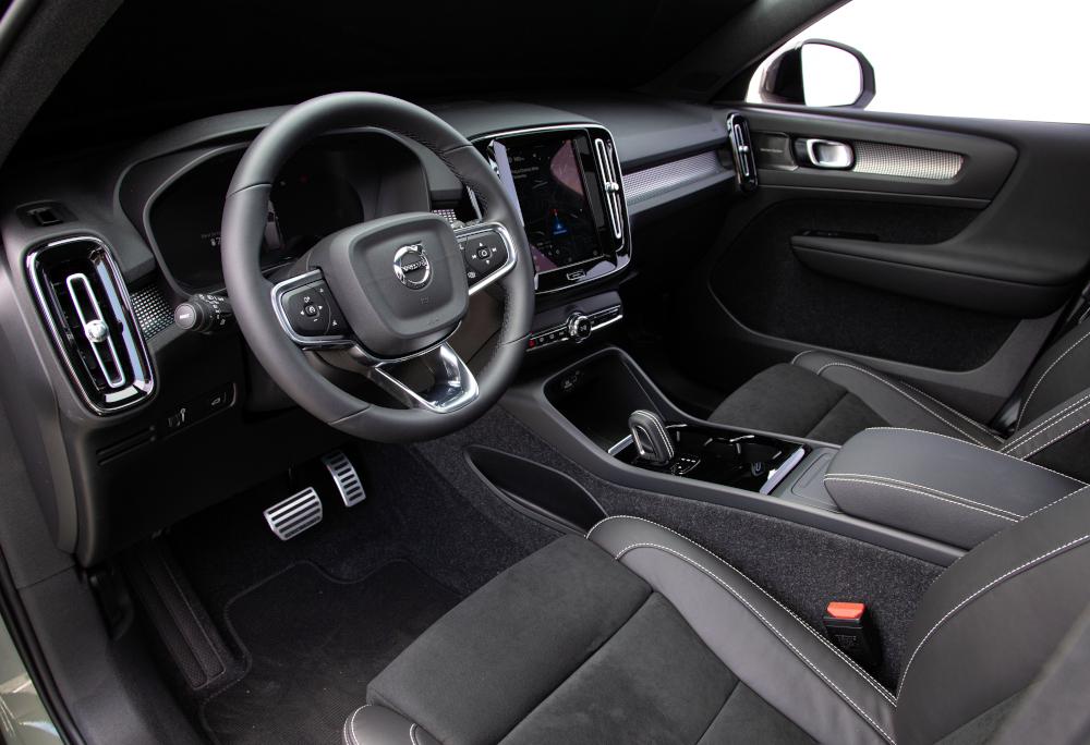 O interior é similar ao do modelo híbrido, que já era vendido no país